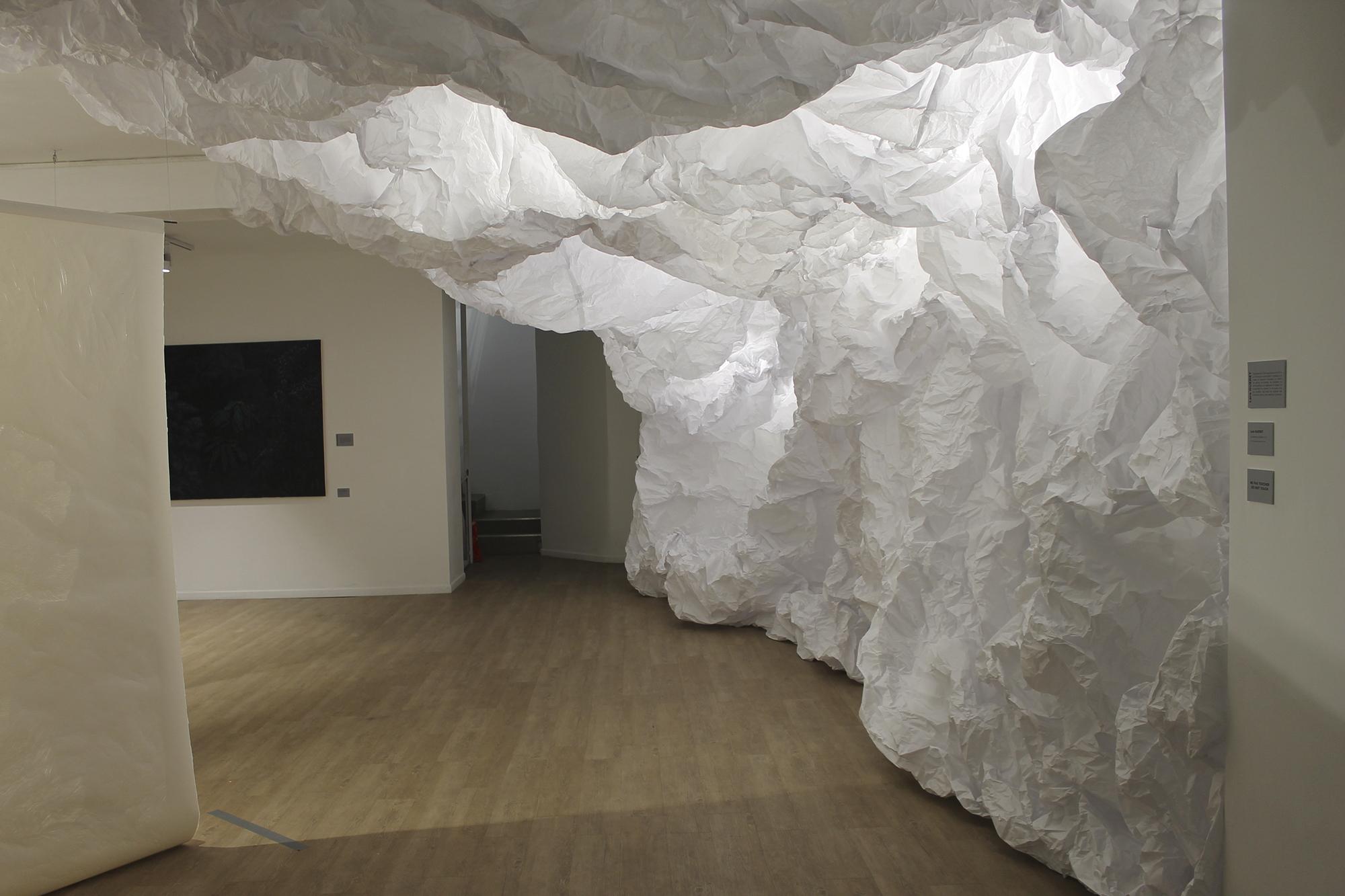 Le Dedans et le Dehors (I), 170m2 de papier froissé, Centre Artasia, Paris 1er, 2017 72dpi
