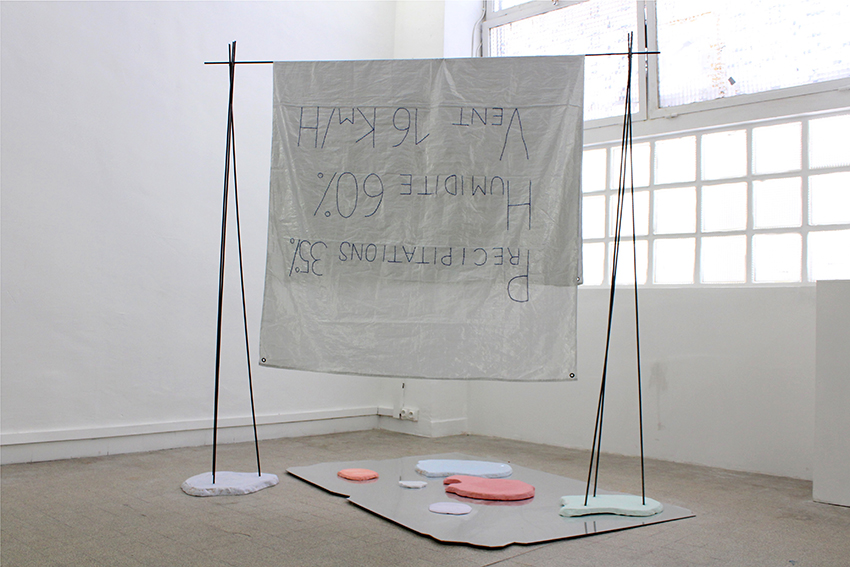 Mélodie Blaison, 22 GigaOctets 22.12, 2019, ensemble composé de Plexiglas miroir, plâtre teinté dans la masse, tiges en acier, tissu brodé, fil de cuivre et argile