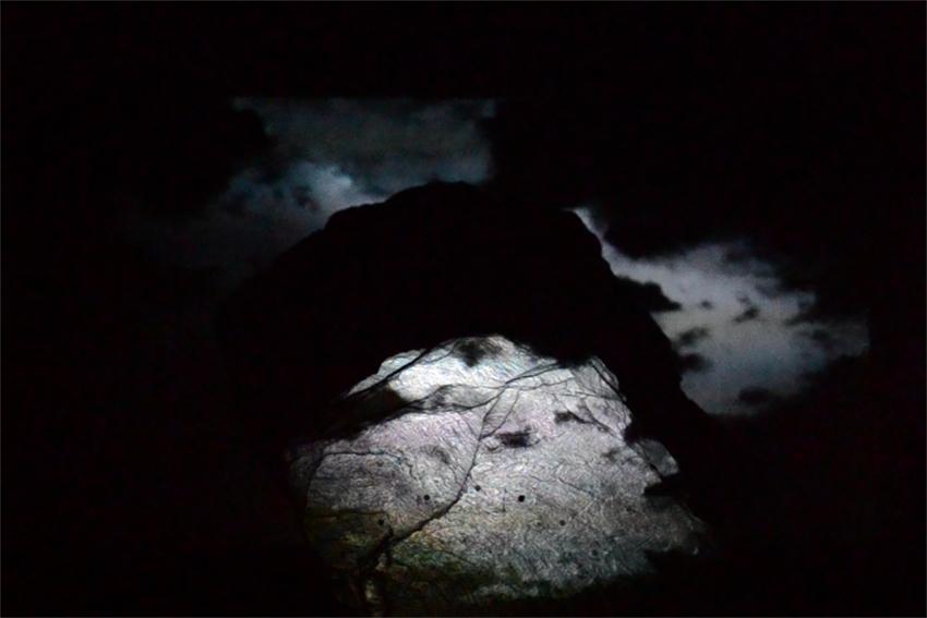 Timothé Dichampt Derossy, Ekleipsis, projection vidéo sur roche, 2018