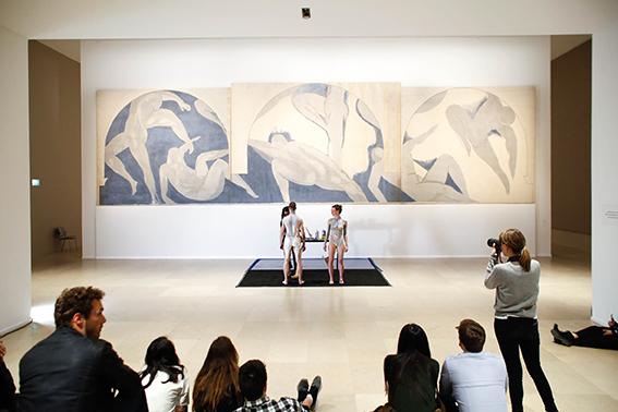 yifat gat Salle Matisse. Musée des art modern de la ville de Paris . Body painting performance . 72